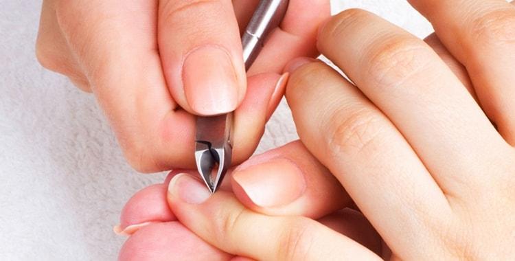 Узнайте, в чем разница между обрезным и необрезным маникюром.