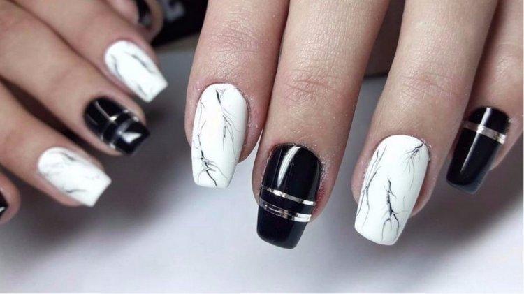 Черно-белый мрамор на ногтях выглядит богато и эффектно.