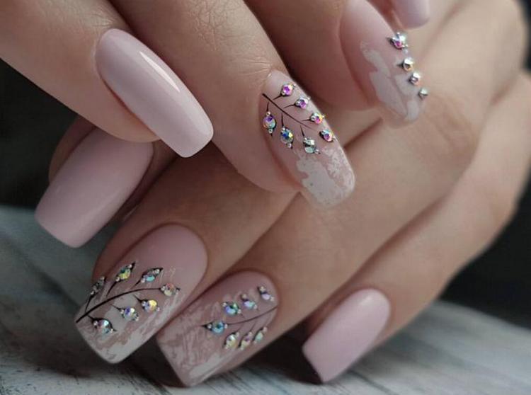 Веточки и цветочки стразами на ногтях это тоже очень красиво.