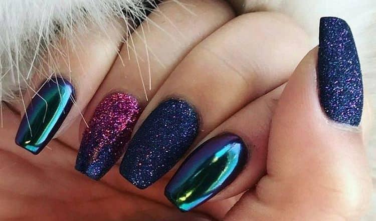 металлик с блестками на ногтях подойдет для праздничных мероприятий.
