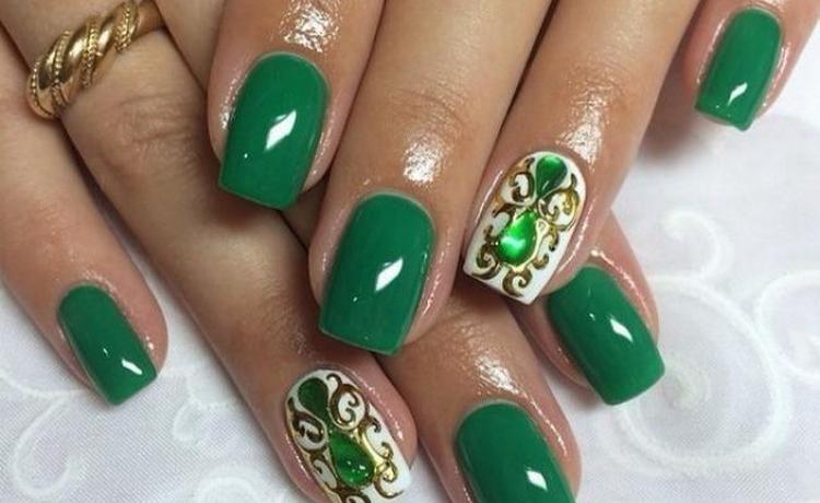 Роскошно выглядят на ногтях вот такие камни.