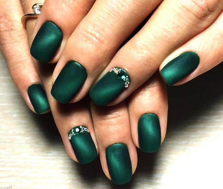 Глубокий зеленый цвет выглядит очень богато на ногтях.
