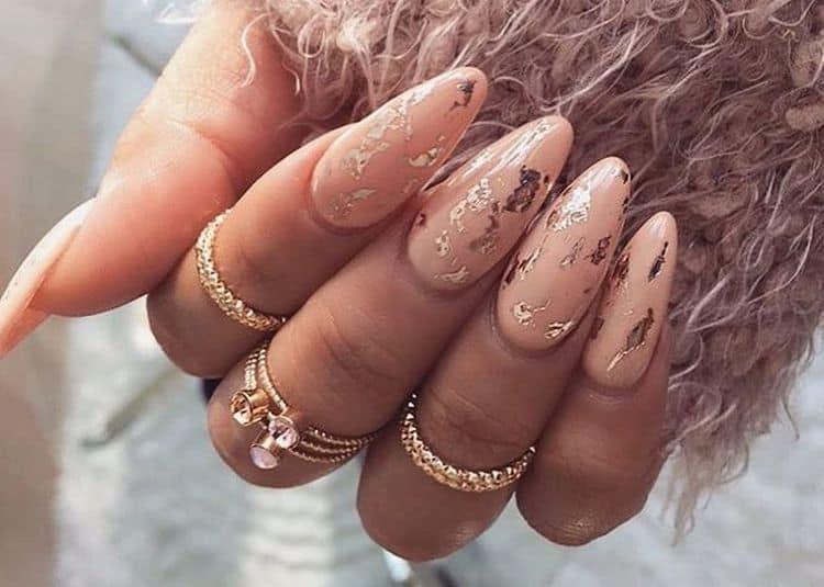 Фольга красиво выглядит и на ногтях светлого цвета.