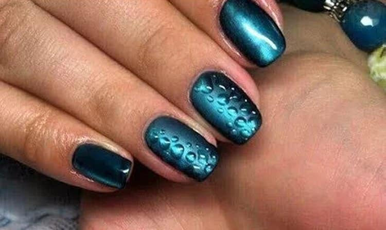 Капли росы выглядят эффектно и на более темных ногтях.