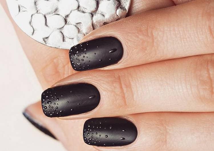 На черном матовом цвете ногтей роса выглядит очень красиво.