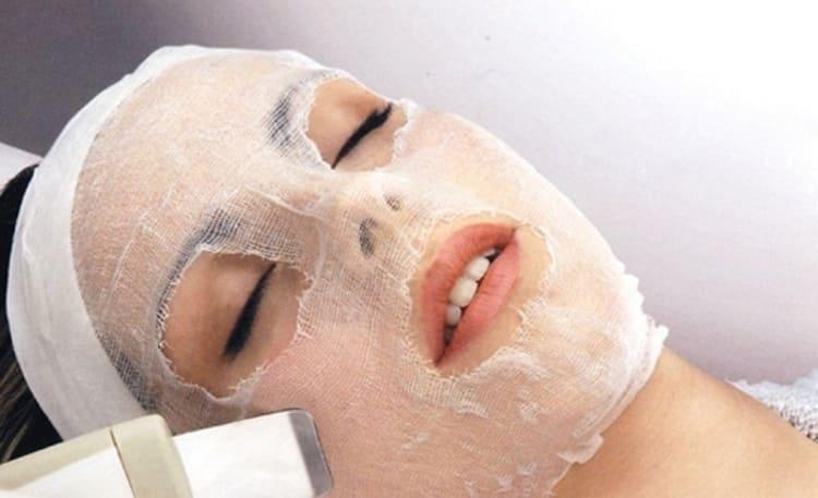 обязательно подготовьте марлю, а само лицо после нанесения маски желательно накрыть полотенцем.