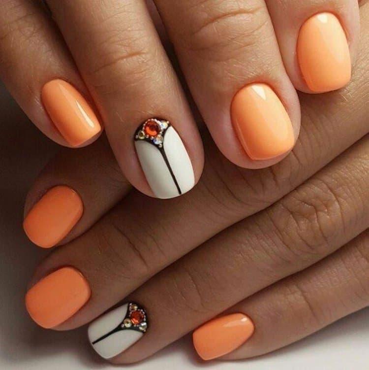А вот красивый оранжевый маникюр.