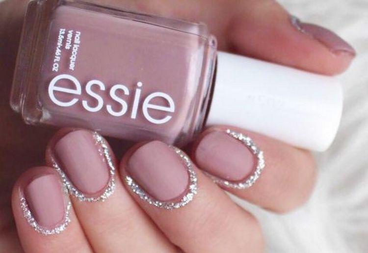 Оттенки розового выглядят на ногтях очень нежно.