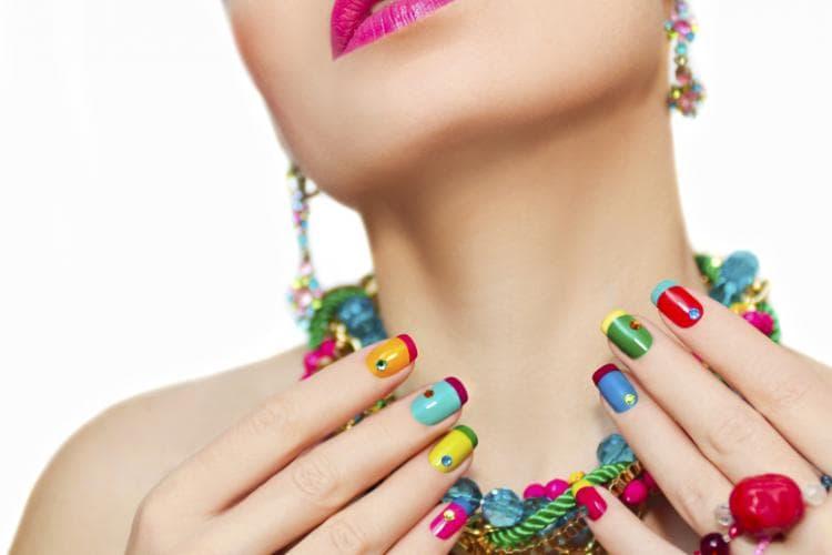 Помните, что такой маникюр должен сочетаться хотя бы с одним цветом в вашей одежде либо с украшениями или аксессуарами.