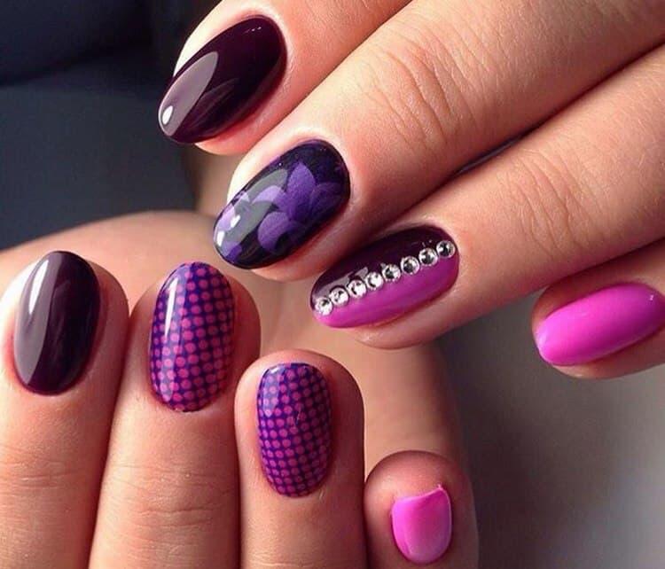 Фиолетовый можно также украсить стразиками.