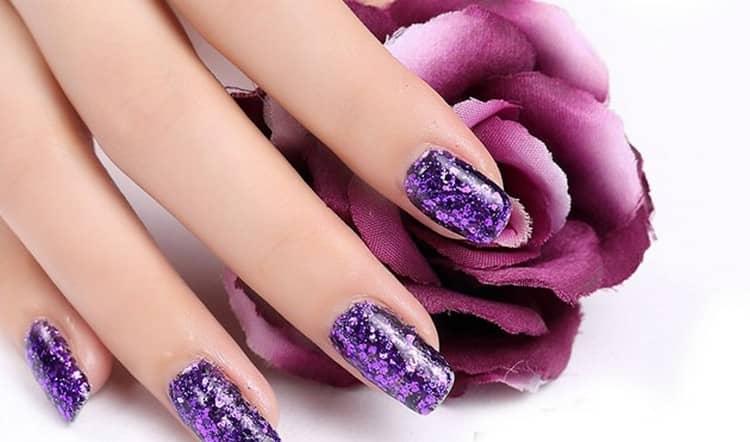 Фиолетовый маникюр должен сочетаться с одеждой.