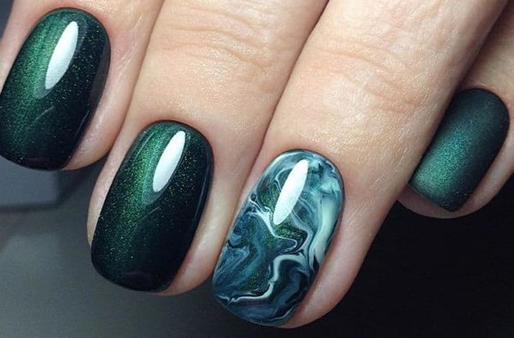 Актуальным для многих будет глубокий зеленый цвет на ногтях.