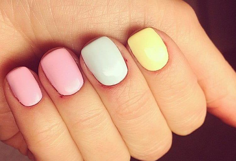 разноцветный маникюр очень нежно выглядит в пастельных тонах.