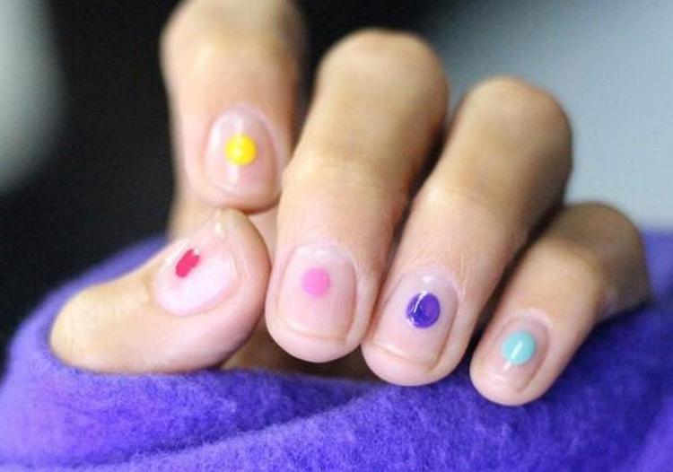 Разнообразным может быть маникюр с разноцветными точками.