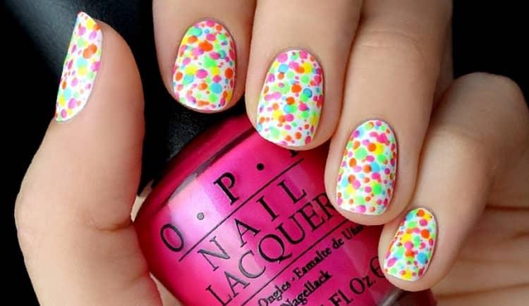 Посмотрите фото ногтей с разноцветным маникюром.