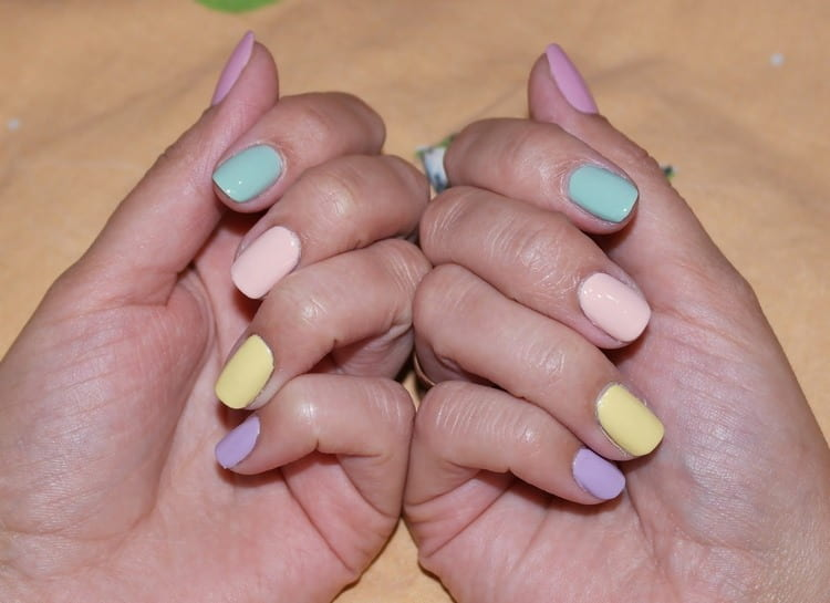 разноцветная пастель на ногтях выглядит очень нежно.