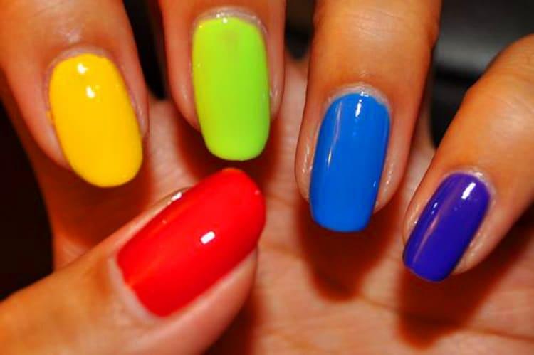 А можно просто каждый ноготок накрасить лаком разных цветов.