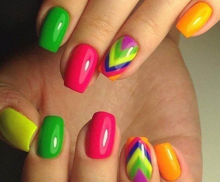 посмотрите фото маникюра с разноцветными ногтями.