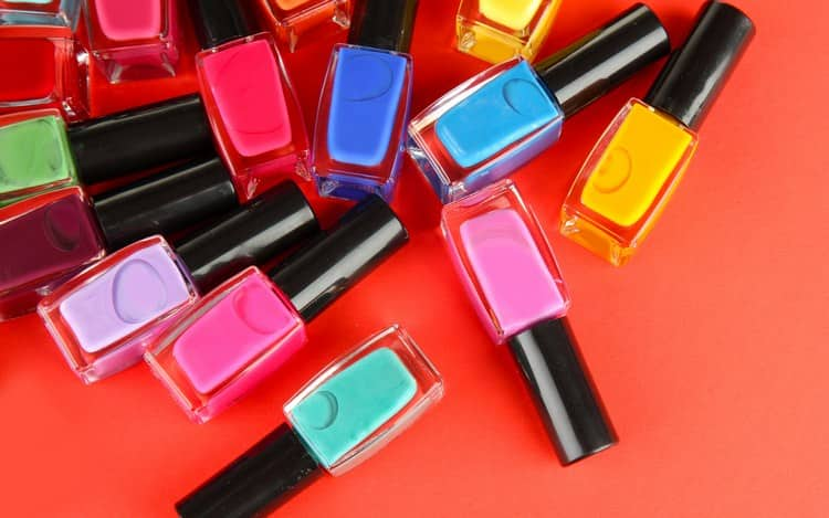 Если вы хотите сделать разноцветный маникюр, поговорим о том, как красить ногти разноцветными лаками.