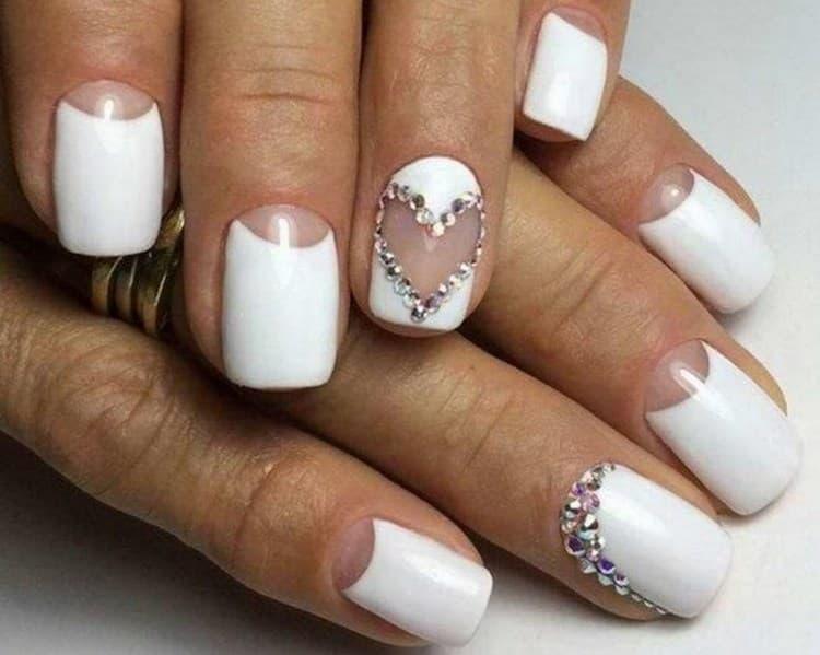 Красиво в белом цвете выглядит белый маникюр.