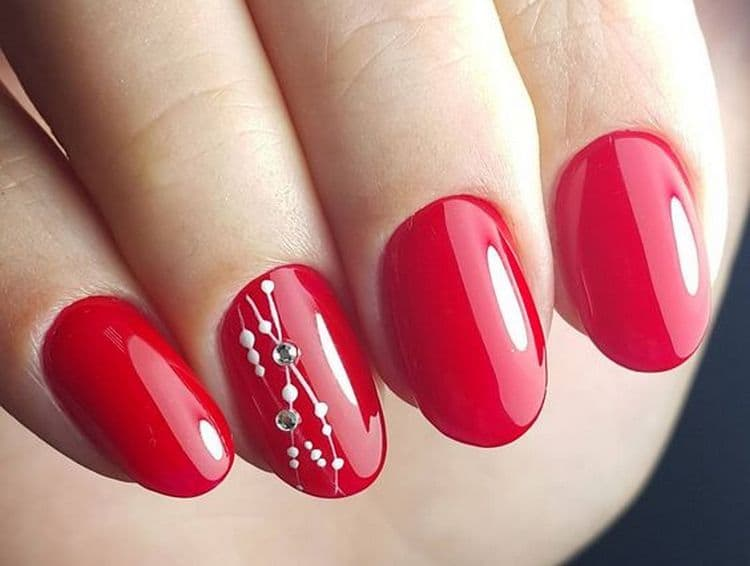 Красный цвет считается классикой в маникюре.