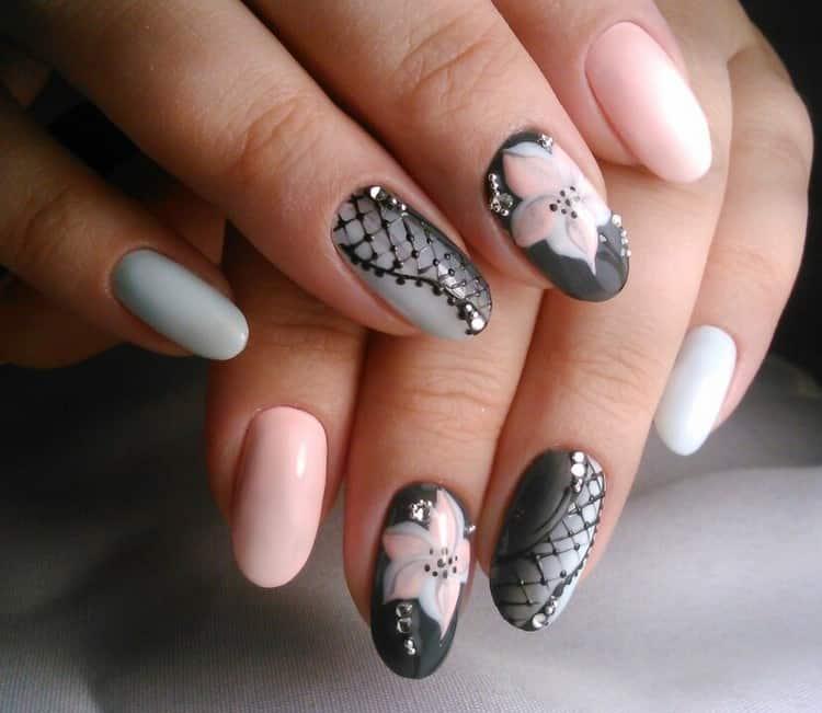 Для лета пригодятся цветы на ногтях.