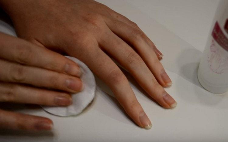 Протираем ногти жидкостью для снятия лака.