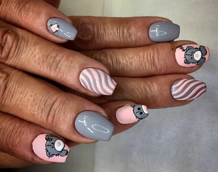 Очень нежно выглядят розово-серые рисунки на ногтях.