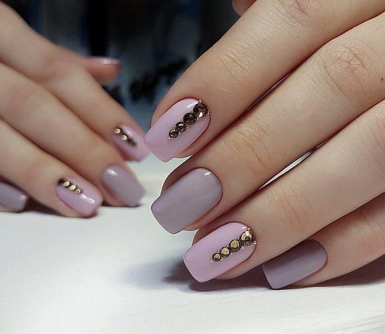 Маникюр, в котором присутствует серый и розовый цвет, выглядит очень элегантно.