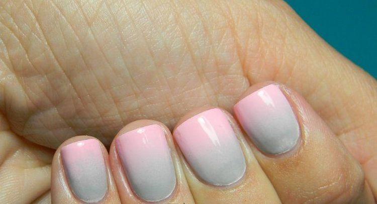 Маникюр омбре серо-розовый тоже выглядит красиво.