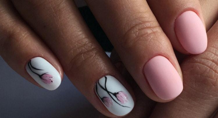 В маникюре можно сочетать серый, розовый и белый цвета.