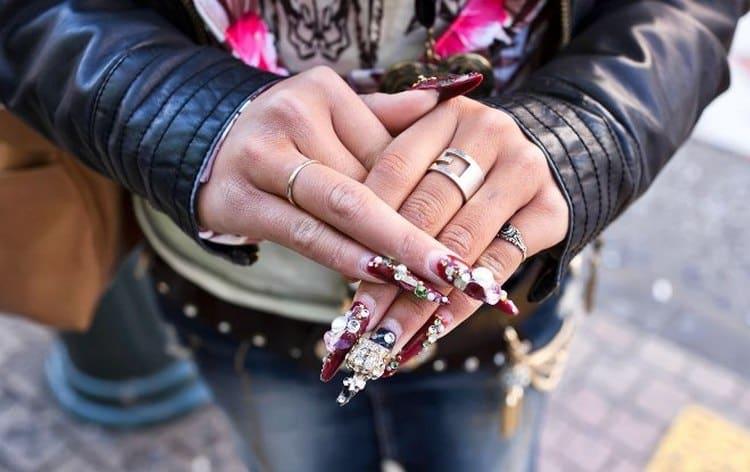 Такие ногти не только слишком перегружены лишними элементами, но еще и не соотносятся с общим образом девушки.