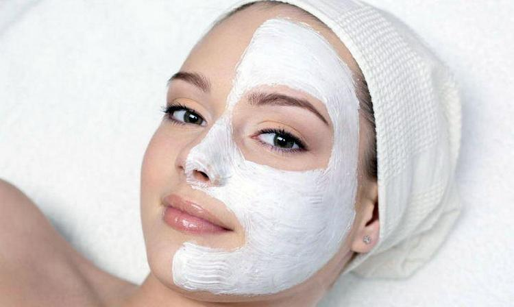 Хороший эффект дает маска для лица с желатином и молоком.