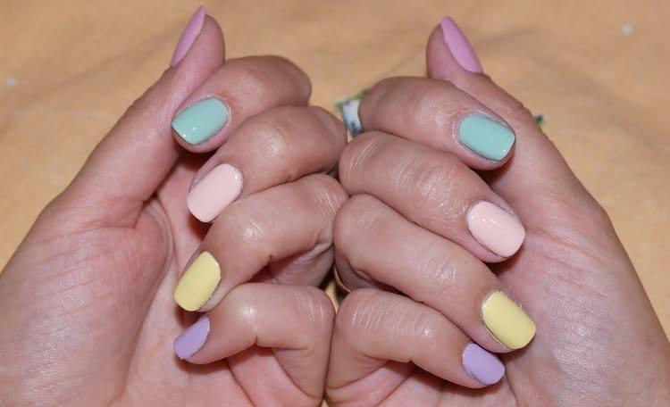 палитра пастельных тонов на ногтях смотрится очень симпатично.
