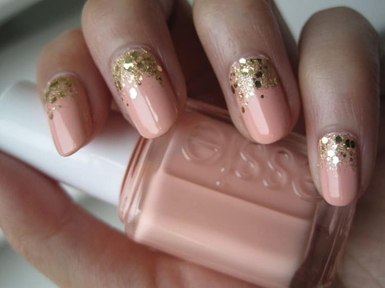Золотистые блестки на нежной пастели выглядят очень красиво.