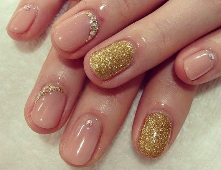 Золото и пастель тоже хорошо сочетаются на ногтях.