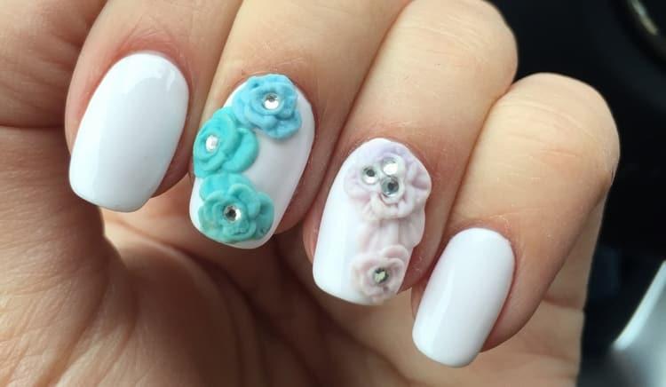 Пастельная лепка на ногтях выглядит невероятно нежно.