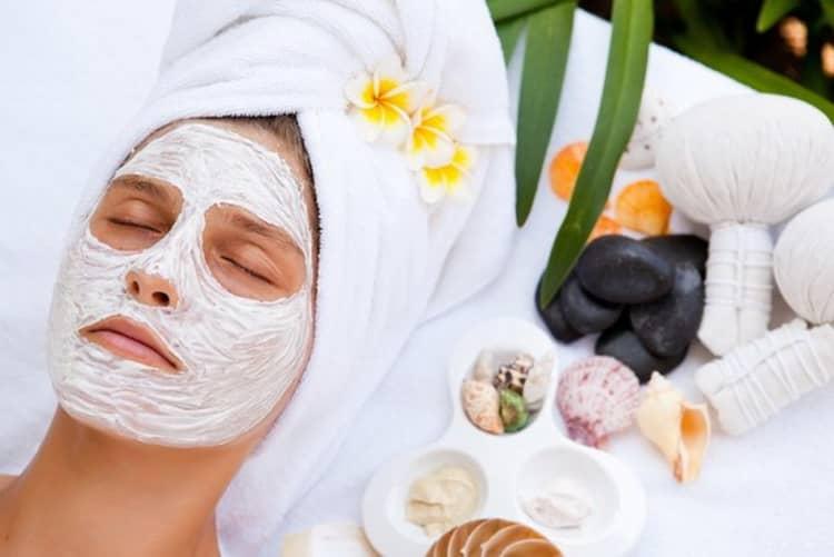Как наносится маска из белой глины для отбеливания лица
