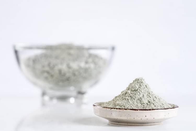 Как готовится маска из белой глины для отбеливания лица