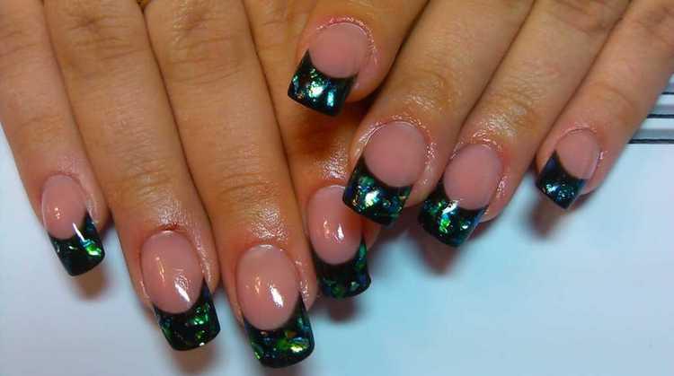 А вот красивый аквариумный дизайн на ногтях средней длины.
