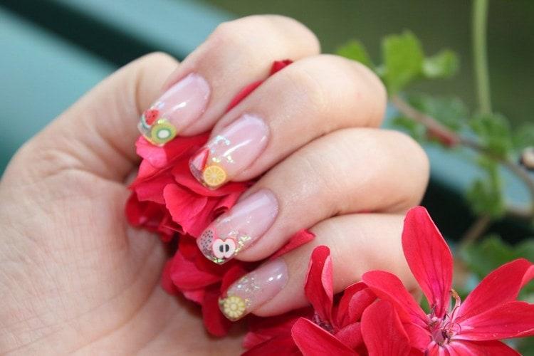 А вот фрукты на ногтях в этой модной технике.