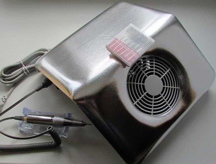 Бывают также машинки со встроенными пылесосами, лампами.