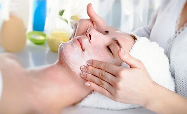 далее косметолог сделает вам маску и легкий массаж лица.