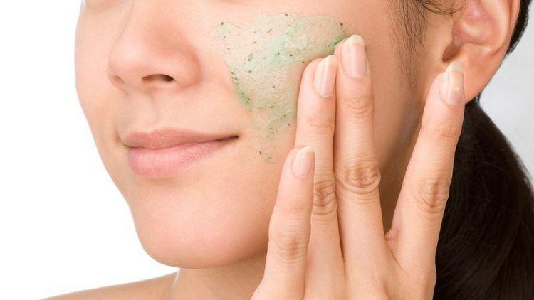Поговорим о том, нужно ли делать чистку лица у косметолога.