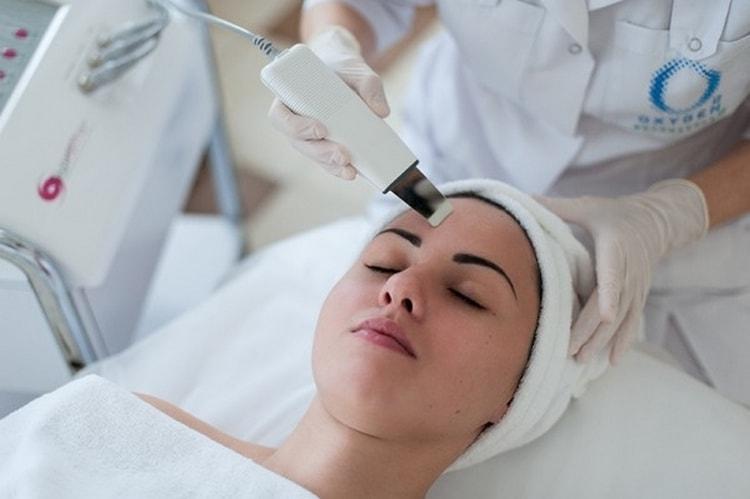 Профессиональная чистка лица у косметолога показана людям с проблемной кожей.
