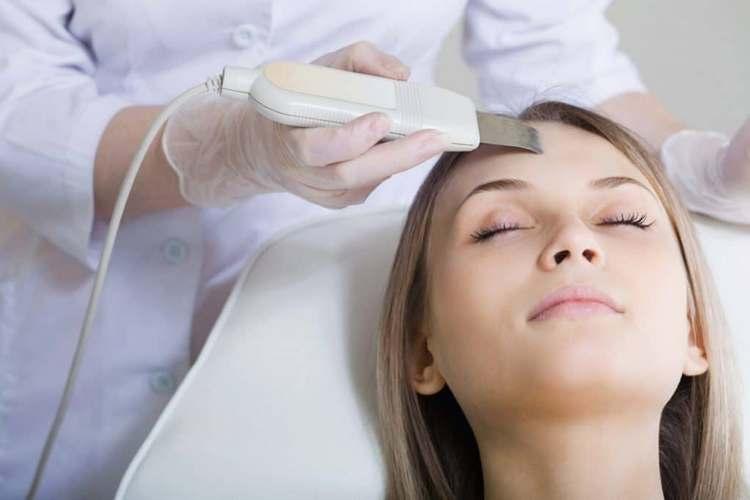 К популярным видам профессиональной чистки лица у косметолога относится ультразвуковая.