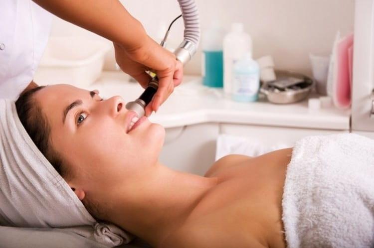 Узнайте, как делают чистку лица у косметолога.