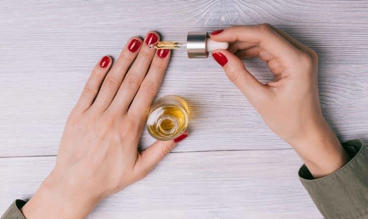 Масло для кутикулы поможет содержать руки в идеальном состоянии.