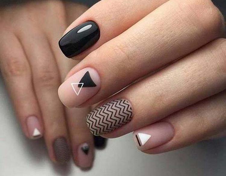 Роскошно выглядят черные геометрические узоры.