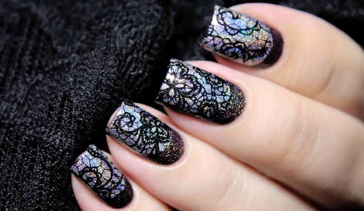 Кружевной черный дизайн на ногтях очень модный.